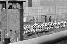 2125 Gut zu erkennen die Panzersperren. Das Bild stammt aus dem Jahr 1981. West Berlin, Berlin Wall, East Germany, Berlin Germany, The Second City, Socialism, Cold War, Places, Sailors
