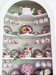 I love the shape and design of this tea cabinet, though I don't think I'll ever own a matching tea set it's a great idea for my tea corner. Vintage Dishes, Vintage China, Vintage Plates, Tea Cup Display, Vintage Tee, China Display, Teapots And Cups, My Cup Of Tea, Deco Table
