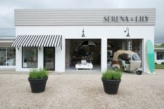 Bay Area-based online retailer Serena & Lily went east to the Hamptons recently to set up their first brick-and-mortar shop; Beach Market, in Wainscott Cabana, Lily Store, Die Hamptons, Beach Stores, Summer Bedroom, Retail Store Design, Retail Stores, Brick And Mortar, Building Exterior