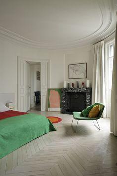 Ovalt rum i denna paris lägenhet, bildkälla - Pinterest. Dessa gardiner hänger i en klassisk gardinstång. Dina Gotain gardiner går lika bra att hänga i skena eller stång tack vara det universella multibanden som samtliga gardiner är försedda med.