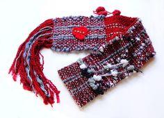 Sou feito em tear manual com uma borboleta de crochê e strass, estou no Bota Fora de Inverno, por apenas R$ 39,90.
