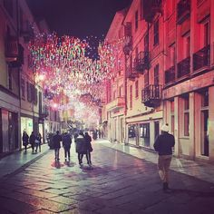 #r FreddoAColori.. . #italy #color #street #streetstyle #streetphotography #christmas #tales #good #vibes #people #asti #shining #night #nightlife #light #bestmoments #bestfriends #bestrong #picofthenight