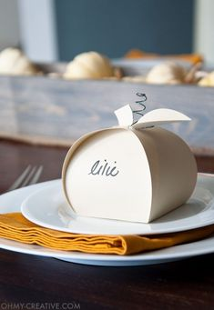Make these easy paper pumpkins for your Thanksgiving table or any DIY Thanksgiving decorations. You can fill them with treats, use them as a place card, or just put them on your mantle to decorate. | OHMY-CREATIVE.COM #thanksgiving #thanksgivingcrafts #thankgivingdinner #thanksgivingdecorations