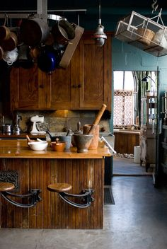 Rustic kitchen with cool bar stools Kitchen Dining, Kitchen Cabinets, Rustic Kitchen, Loft Kitchen, Kitchen Stools, Homey Kitchen, Kitchen Pantry, White Cabinets, Café Bar