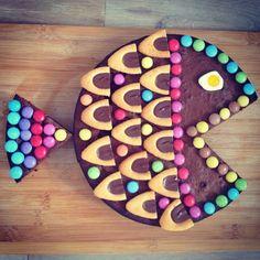 Gateau d'anniversaire pour enfant. Un moelleux au chocolat (7 beaux œufs dont les blancs montés en neige, 100g de beurre, 125 g de sucre, 50g de farine T45), barquette de lu chocolat, smarties et un bonbon œuf!