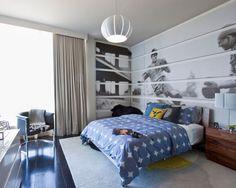 Inspiration pour une chambre d'enfant design avec un mur gris et un sol en bois foncé.