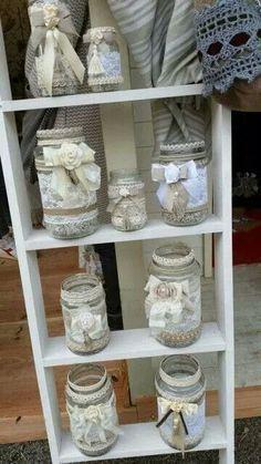 Los frascos decorados con encaje (también llamado blonda o calado) pueden ser una excelente opción para usarse como centros de mesa en boda... Mason Jar Crafts, Mason Jar Diy, Bottle Crafts, Home Crafts, Diy And Crafts, Jar Art, Burlap Crafts, Altered Bottles, Decorated Jars