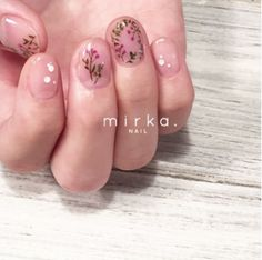 Dried flowers: A simple and romantic nail art trend to try - Be Asia #Nails #Beauty #Minimal