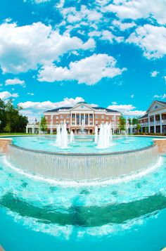 The famous KOBC fountain | 10 Photos That Prove That Elon University Is Still The Most Beautiful Campus