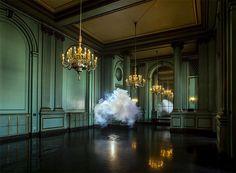"""坂井直樹の""""デザインの深読み"""": 「cloud in room」は、Berndnaut Smildeによって制作された本物の雲が室内に展示されたアート作品。"""