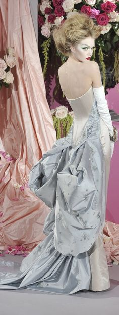 2010 war es wieder das Modehaus Dior, welches sowohl an die Belle Époque, als auch an den New Look von 1947, anknüpft. Das Modehaus Dior war es auch, das das Taillenkorsett zurück in die haute Couture der Damenmode brachte.  Lindsay Ellingson on the Spring 2010 runway. She's wearing a dress with corset and bustle in contrasting satin.