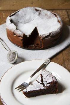 La torta al cioccolato e olio d'oliva si prepara senza latticini e senza farina. Perfetta accompagnata da una pallina di gelato, panna acida o frutti rossi.
