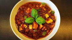 Dieses Chili con Carne experimentiert mit Kakaopulver, Süßkartoffeln und Zucchinis - und das mit vollem Erfolg. Für alle, die mal eine neue Note kosten möchten.