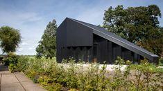 Schuurwoning in Offingawier van Onix Architecten met DumoWood zwarte channelsiding