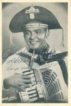 Foto de Gonzagão , onde o mesmo a ofereceu para o cantor Gilberto Gil.