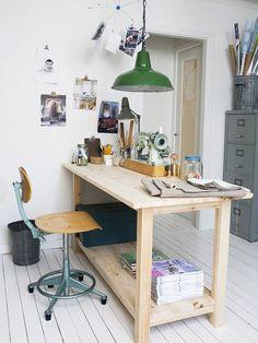 Home office com mesa de madeira.