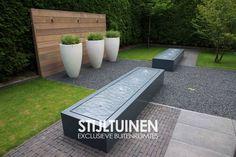 Waterelement, watertafel in moderne en minimalistische tuin hoogglans potten met siergrassen ontwerp elementen en tuinontwerp www.stijltuinen.nl