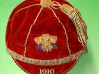 Rugby history - Born today 15/03 in 1879 : David Thomas (Wales) - In 1904 Thomas was brought into the Welsh squad. Thomas spent 3 seasons, still without a second international call-up, but in 1908 the Welsh selectors chose Thomas to face Australia. Thomas was next to represent Wales for the England match of the 1910 Five Nations, now renamed as France had joined the tournament. Although Wales lost the game, it began a run of appearances for Thomas who played in the next seven Wales matches.
