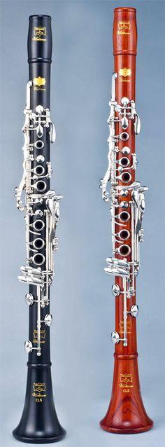 Clarinete Professional virtuoso Sistema francés Nº de llaves:19 llaves. 7 anillos, la llave del G # articulada ,palanca para Mib,cojines de cuero, llaves plateadas. Dos barriletes de diferente longitud.