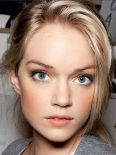 peachy. Very pretty neutral makeup.