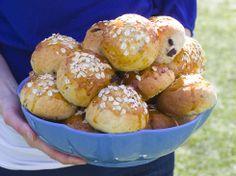 Havreboller med vaniljekrem - Boller med havre, rosiner og vaniljekremfyll som både metter og dekker søtsuget. Oppskriften gir cirka 24 boller.