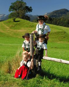 Kinder in Oberstdorfer Tracht SWITZERLAND
