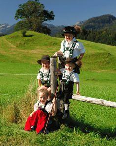 Kinder in Oberstdorfer Tracht SWITZERLAND