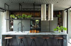 Ambiente da Casacor SC. Banqueta preta, plantas, armário preto de cozinha, luz natural.  #decoracao #decor #details #casadevalentina #casacor