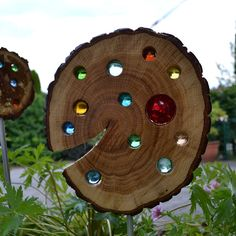 Bring sunshine into your life – and your garden. With this lovingly handmade sun lens you succeed in no time. Christmas Wood Crafts, Christmas Decorations, Holiday Decor, Aloha Sign, Kids Wood, Wood Creations, Wood Slab, Glass Garden, Wood Slices