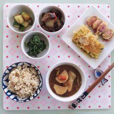 Bonito egg roll and soybean stew, pickled cucumber, stir fried eggplant, seasoned arugula and brown rice. 오늘아침은 어찌 한식이 일식같이 되어버린날. 부추와 까스오부시를 넣은 계란말이와 오이초절임, 루꼴라 볶음, 가지 볶음과 된장지게(감자, 양배추, 양파, 고추와 멸치가루)