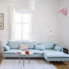 Hellblaues Sofa in Wohnzimmer einer 3-Zimmerwohnung in Wien Neubau