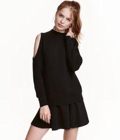 Check this out! Een ribgebreide trui van zachte katoenmix met een turtleneck, een cutout bij de schouders en lange raglanmouwen. – Ga naar hm.com om meer te bekijken.