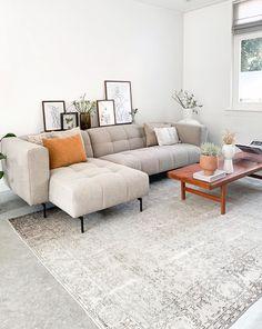 Binnenkijken bij Angelique! Deze woonkamer is klaar voor de koude wintermaanden. De grove stof en stiksels geven de bank karakter en in combinatie met het hout is het een warm geheel geworden.   Wat vinden jullie van de hoekbank Borre in de kleur Cobblestone Brown? 😍   Thanks @at_angies_place.   #bysidde #woonkamer #binnenkijken #onlinebinnenkijken #interieurtrends #interieurtrend #interieurinspiratie #danishdesign #livingroom #design #livingroomdecor #interiortrend #sofa #sofadesign Sofa, Couch, Industrial House, Living Room Kitchen, Home Decor Items, Future House, Sweet Home, New Homes, Interior Design