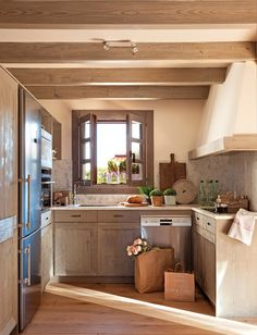 Cocina abierta y a medida  El mobiliario, de roble tratado y tintado, fue realizado por Integra según diseño de las interioristas.