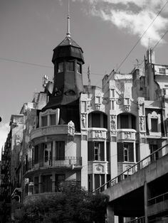 La obra ubicada en Reconquista esquina Paraguay constituye un temprano ejemplo de arquitectura de influencia catalana en Buenos Aires.