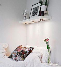 Unos focos encastrados en una balda serán una original forma de iluminar tu cama por las noches.