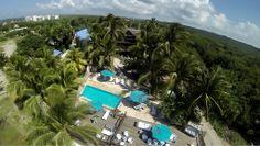 Como el sueño de una cabaña tropical muy sencilla se desarrolló el proyecto arquitectónico de Karmairi Hotel Spa, en Manzanillo del Mar, a 15 minutos de Cartagena de Indias. El diseño contempla tres niveles. En total, el hotel cuenta con 14 habitaciones, Spa, el Azul Restaurante, un bar y zonas de esparcimiento como la piscina y el Club de Playa.