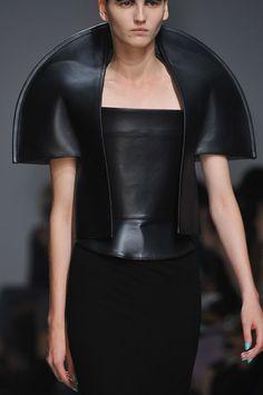Gareth Pugh at Paris Fashion Week Spring 2014 - Details Runway Photos Space Fashion, 3d Fashion, Fashion Details, Timeless Fashion, High Fashion, Womens Fashion, Fashion Design, Paris Fashion, Latex Fashion
