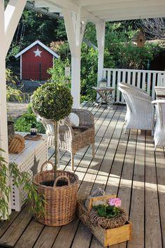 Practical Small Patio Ideas for Outdoor Relaxation Farm Gardens, Outdoor Gardens, Garden Cottage, Home And Garden, Diy Pergola, Gazebo, Porch Veranda, Building A Porch, House With Porch