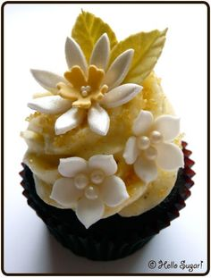 One of the most beautiful cupcakes I've seen- it's very basically some vanilla frosting and some beautiful sugar crafted decorations. Flowers Cupcakes, Pretty Cupcakes, Beautiful Cupcakes, Yummy Cupcakes, Daisy Cupcakes, Floral Cupcakes, Cupcake Art, Cupcake Cookies, Fancy Cakes