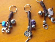 Llavero de cuero, con abalorios en samak plata y piedras naturales