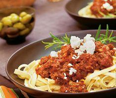 Makalöst god köttfärssås med ljuvliga smaker från Orienten. Vitlök, fetaost och stötta kardemummakärnor lyfter denna köttfärssås till skyarna. Servera tillsammans med pasta, vitkålssallad och oliver. Smaklig måltid.