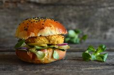 Fit burgery z soczewicy - niebo na talerzu Vegan Burgers, Salmon Burgers, Crispy Sweet Potato Wedges, Polish Recipes, Falafel, Main Dishes, Food And Drink, Cooking, Ethnic Recipes