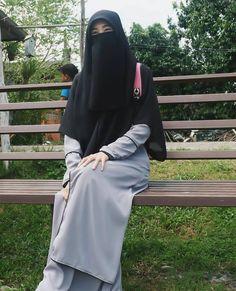 L'image contient peut-être: une personne ou plus et plein air Beautiful Muslim Women, Beautiful Hijab, Islam Marriage, Niqab Fashion, Face Veil, Hijab Niqab, Girl Hijab, Plein Air, Modest Outfits