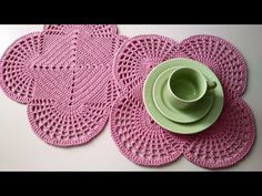 SOUSPLAT DE CROCHÊ QUADRADO DOCE ENCANTO - YouTube Crochet Placemat Patterns, Crochet Bedspread Pattern, Crochet Doily Rug, Doily Patterns, Crochet Home, Crochet Flowers, Knit Crochet, Crochet Decoration, Quick Crochet