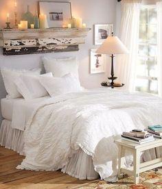 Mensola sulla testiera del letto - Le mensole sono l'ideale per arredare una piccola camera da letto salvaguardando lo spazio.