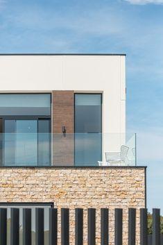 La piedra natural transmite una imagen de elegancia y naturalidad al conjunto de casas. Además, se integra a la perfección en el paisaje de la Costa Brava, aportando el aire mediterráneo que las viviendas necesitaban.