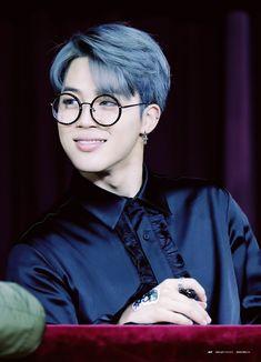 bts Jimin waaaaaaaaah so handsome ...HIS HAIR ...HIS SMILE, THAT BLACK SHIRT, THOSE GLASSES. HIS SO CUTE