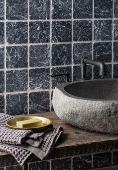 carrelage mural en marbre gris anthracite à veines contrastées qui habille les murs autour du vasque en pierre Deco Stickers, Larry, Barbecue, Sink, Restaurant, Bathroom, Home Decor, Cement Tiles Bathroom, Gray Marble
