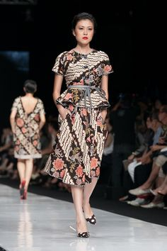 Batik Indonesia - Edward Hutabarat dalam fashion show Jakarta Fashion Week 20 Oktober 2013 – The Actual Style Batik Blazer, Blouse Batik, Batik Dress, Batik Fashion, Ethnic Fashion, African Fashion, Jakarta Fashion Week, Fashion Week 2018, Fashion Weeks